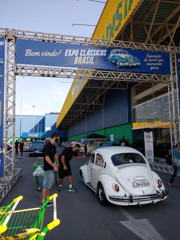Brasil Atacadista recebe exposição de carros antigos