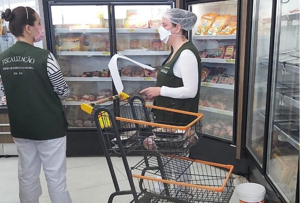 Fiscalização encontra carnes vencidas