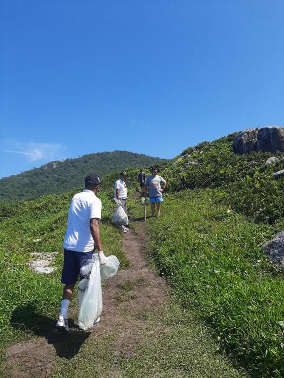 Voluntários fazem limpeza na Guarda do Embaú