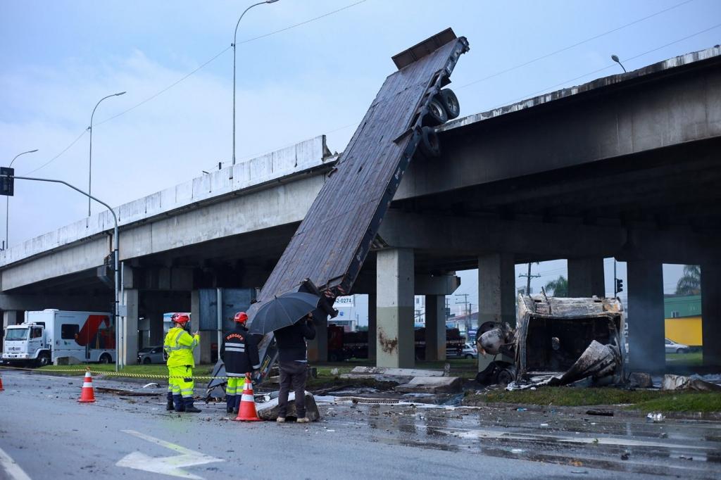 Caminhoneiro escapa com vida após veículo despencar de viaduto da BR-101