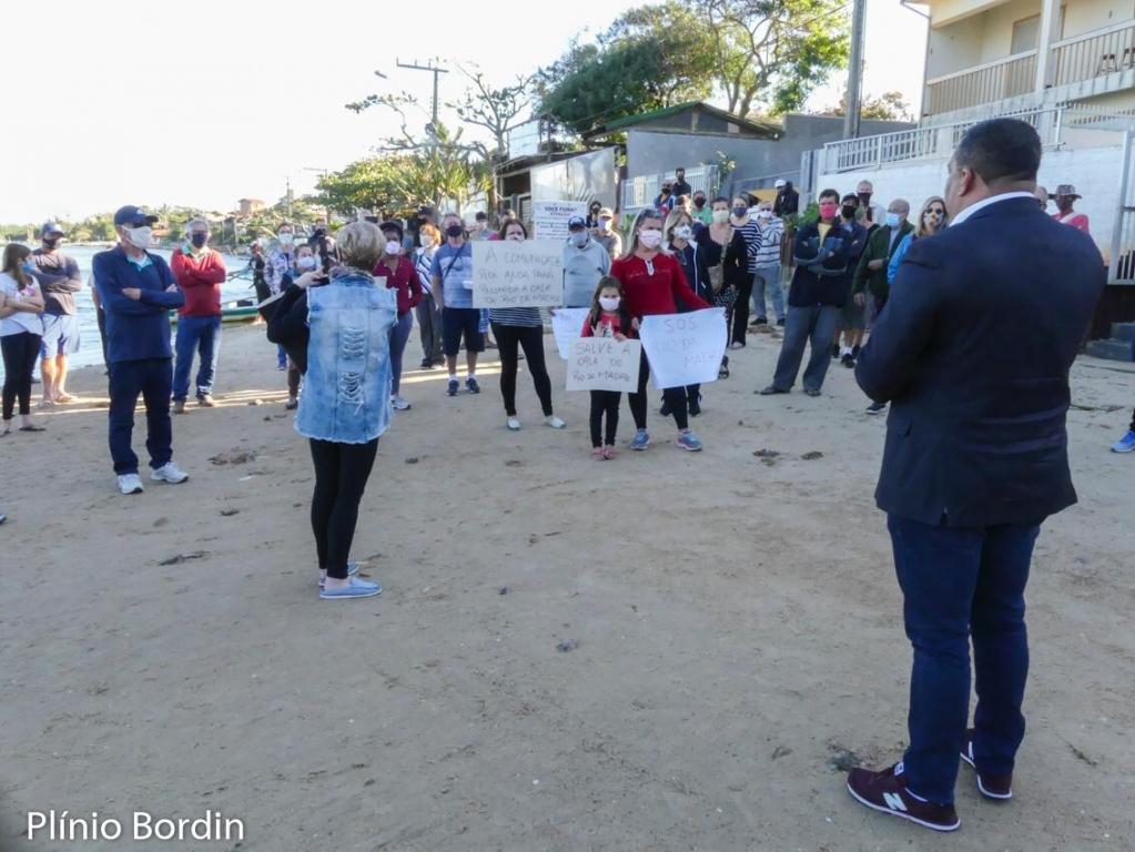Moradores fazem manifestação na Guarda do Embaú