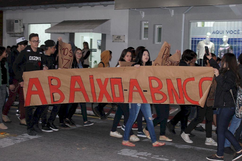 Estudantes protestam contra mudanças na educação