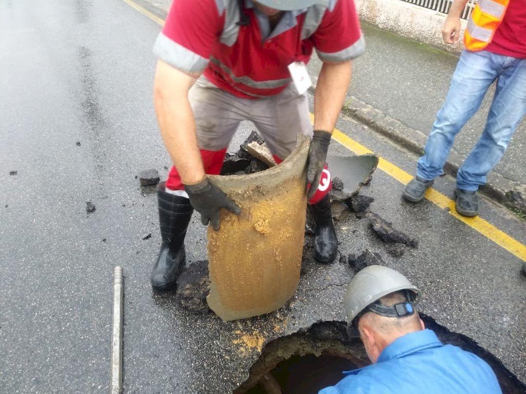 Técnicos da Samae trabalham para consertar vazamento