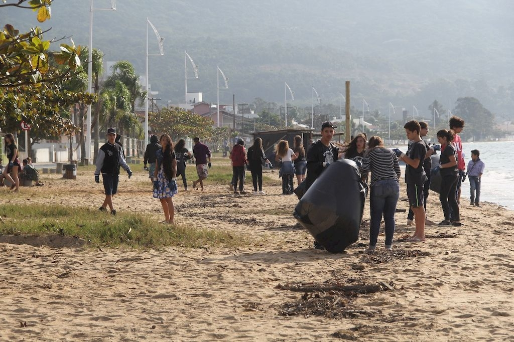 Praia de Fora: mutirão retira 3 toneladas de lixo