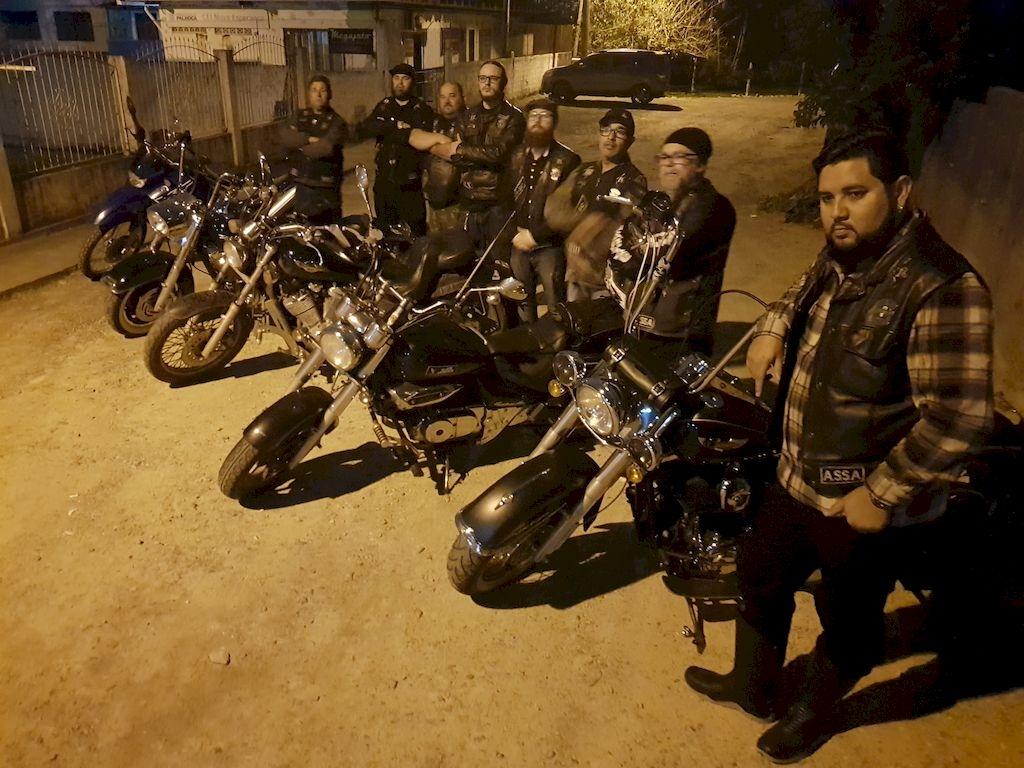 Abutre's Moto Clube se reúne no Ronkos, bar do Sininho, tradicional ponto de encontro de motociclistas, no Aririú