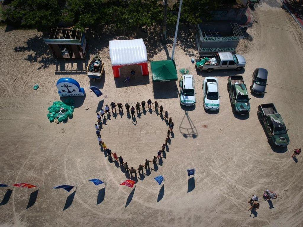 Mutirão recolhe lixo das praias do Sul