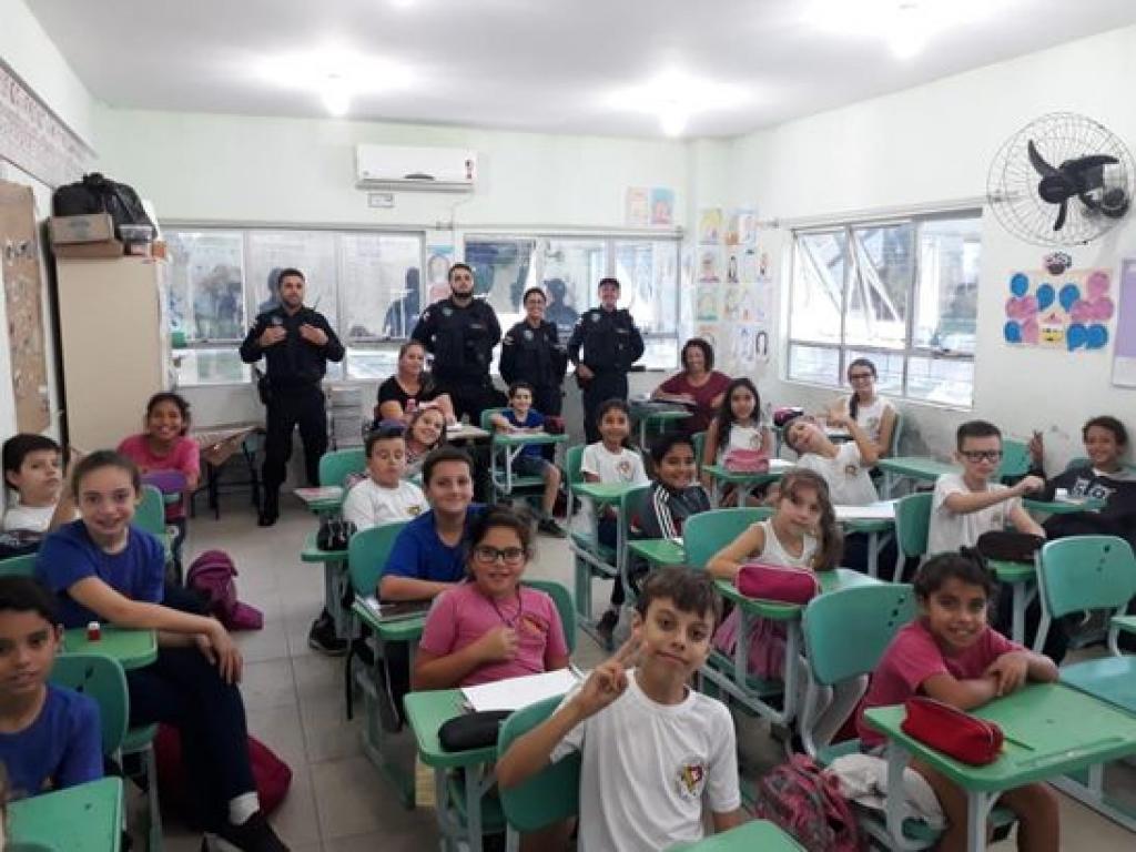Agentes de trânsito promovem palestras em escolas e preparam blitz educativa para o dia 23, na Praça Sete