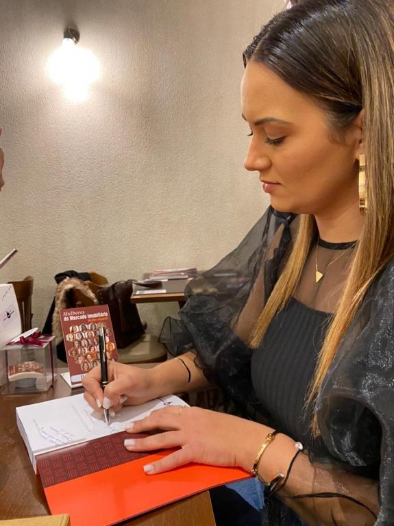 Colunista do jornal Palhocense é coautora de livro