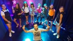 Jovens cantoras se apresentam no Via Mulher