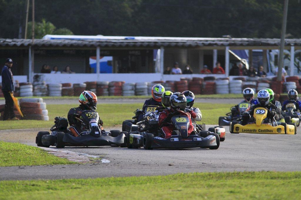 Piloto Thiago Lohn na pista do Kartódromo dos Ingleses durante a Copa ADN Racing