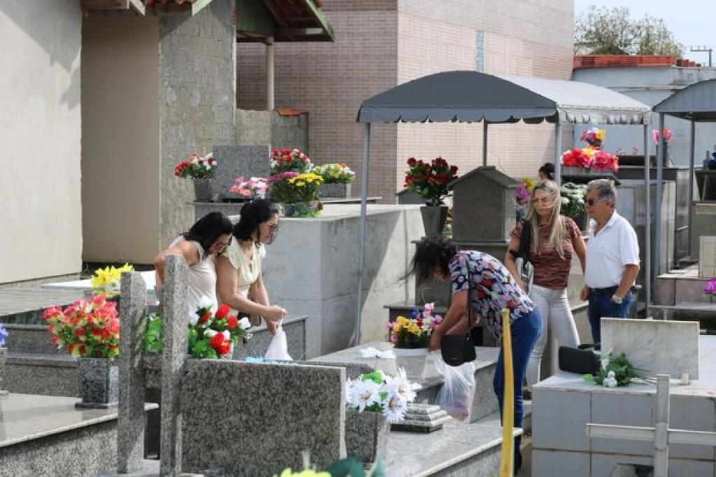 Movimento intenso nos cemitérios no Dia de Finados