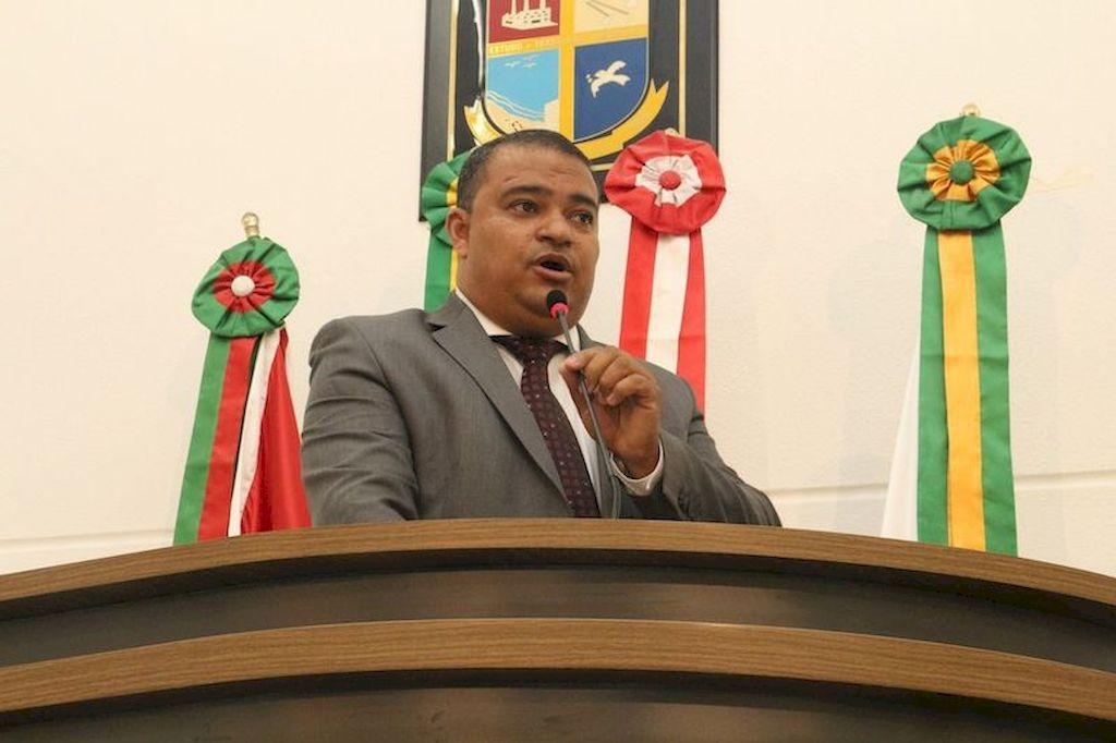 Vereador Jean Negão fala na tribuna da Câmara de Vereadores