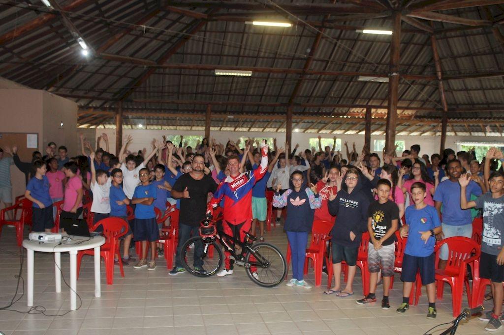 Multicampeão de Bicicross ministra palestra para 270 crianças e adolescentes do Madri