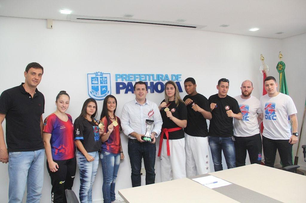 Equipe feminina de taekwondo, vice-campeã dos Joguinhos Abertos, visita a Prefeitura