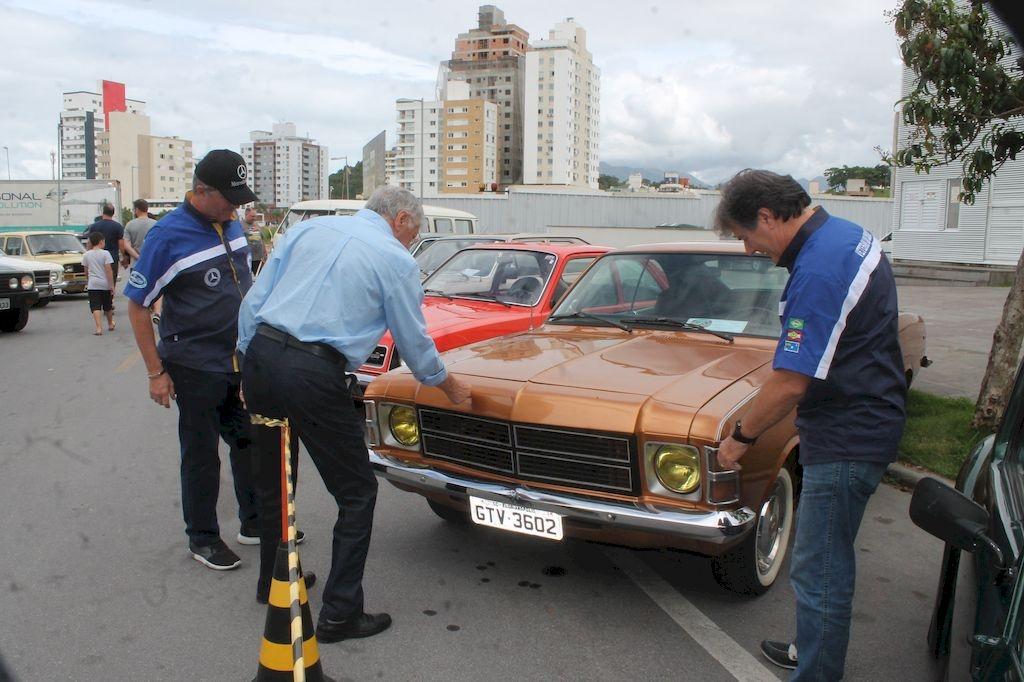 Milhares visitam encontro de carros antigos