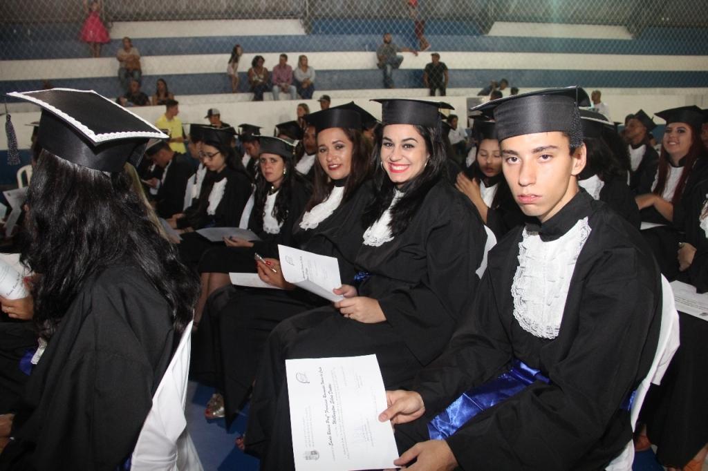 Secretaria de Educação diploma alunos do EJA