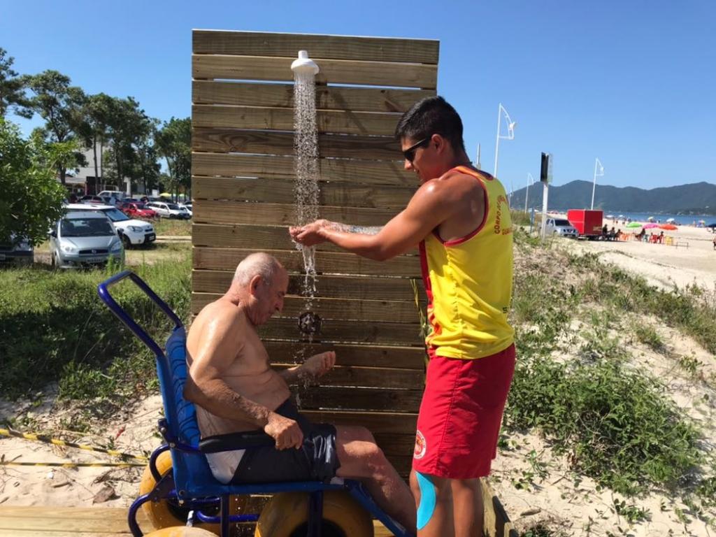 Cadeiras anfíbias fazem sucesso nas praias