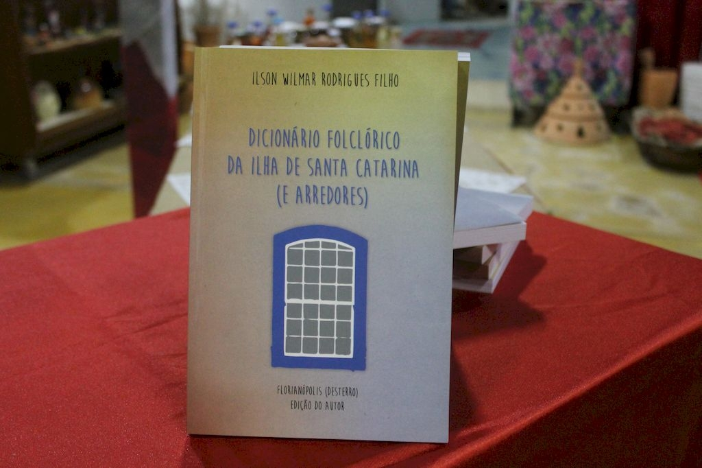 """""""Dicionário Folclórico"""" é lançado na Enseada"""