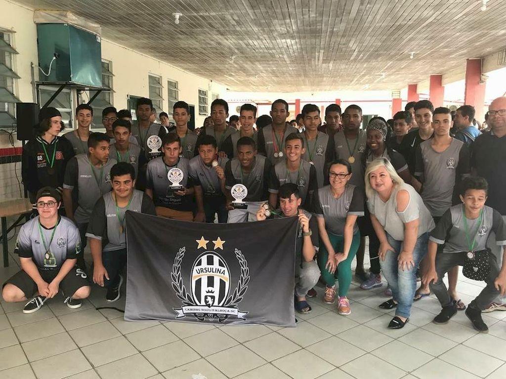 Falta de uniformes impede alunos de escola do Caminho Novo a disputar campeonatos