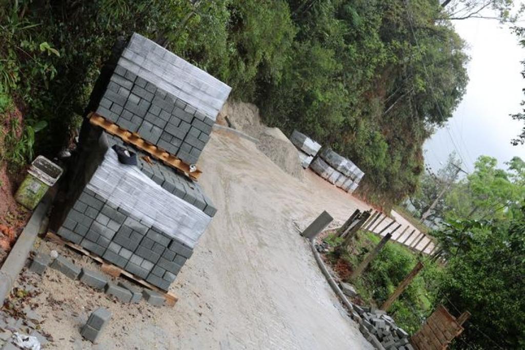 Obra atrapalha rotina de moradores no Morro do Gat