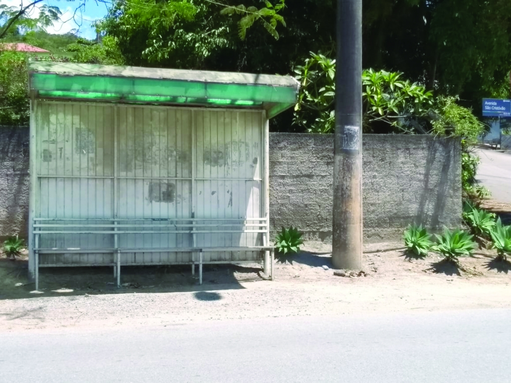 Lixeiras são raridade nas paradas de ônibus