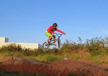 Campeão de BMX inaugura pista em Palhoça
