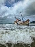 Responsável por barco encalhado na Pinheira por mais de 20 dias vem recebendo multas