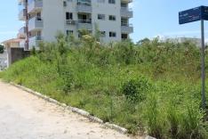 Terreno abandonado no Aririú preocupa moradores