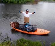 Fotógrafo faz limpeza em rio