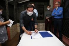 Fabinho acompanha assinatura de ordem de serviço de pavimentação no Passa Vinte