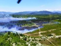 Bombeiros extinguem fogo no parque