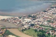 O rio, a ponte e o bairro