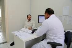 Fabinho visita posto de saúde da Barra do Aririú