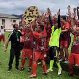 Cerâmica Silveira conquista título do 50Tão e recebe troféu das mãos de Amaro