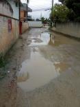 Rua alagada tem até pato no Aririú